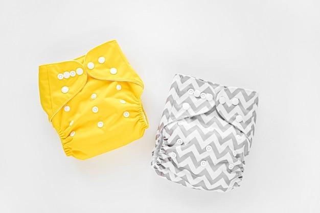 Fraldas de bebê de pano reutilizáveis. fraldas de pano ecológicas em um fundo branco. estilo de vida sustentável. conceito de desperdício zero.