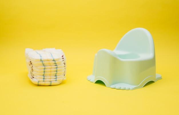 Fraldas de bebê e penico isoladas