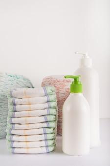 Fraldas de bebê em um plano de fundo branco