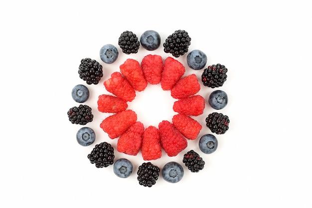 Framboesas, amoras-pretas, mirtilos dispostos em forma de círculo