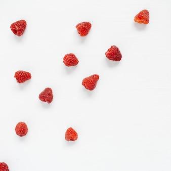 Framboesas em branco. textura de conceito de blog ou revista de comida.