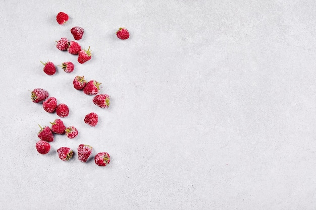 Framboesas frescas e doces em branco.