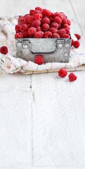 Framboesas frescas em uma caixa de metal close-up