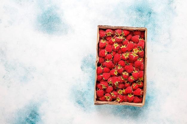 Framboesas maduras orgânicas frescas em caixa aberta.