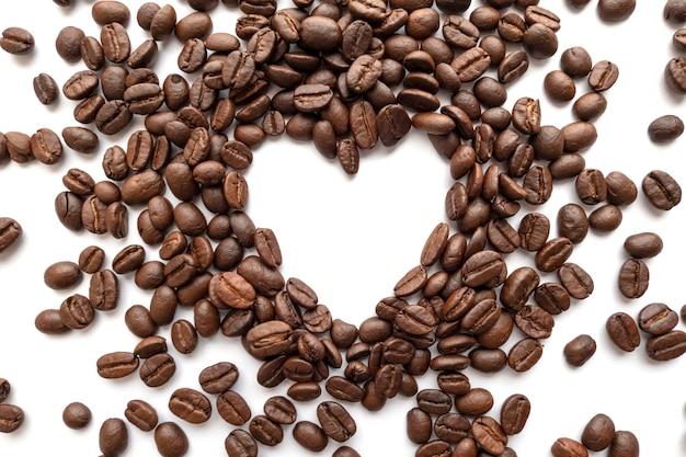 Frame do coração de feijões de café roasted com área para o espaço da cópia.