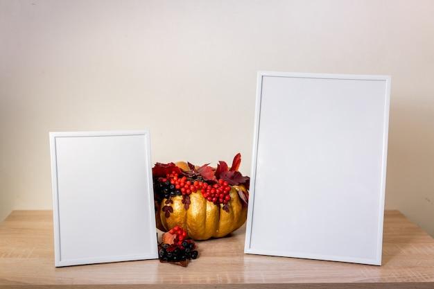 Frame do retrato simulado com abóbora na mesa de madeira. dia das bruxas . foto de alta qualidade