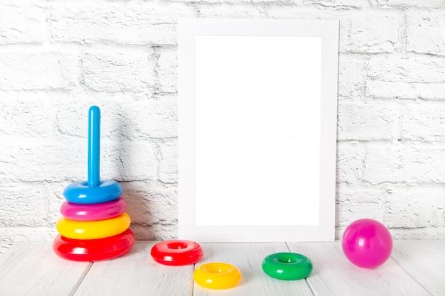 Frame vazio branco da foto contra a parede de tijolo. maquete com espaço para texto