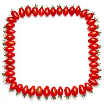 Framefield com tomates vermelhos isolado em um branco