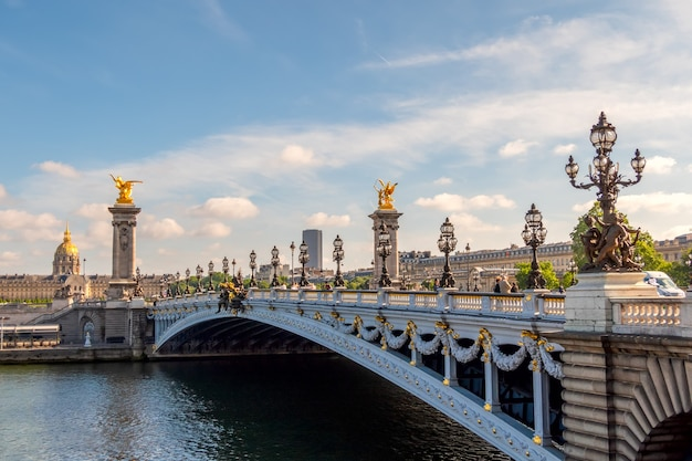 França. dia ensolarado de verão em paris. a ponte de alexandre o terceiro