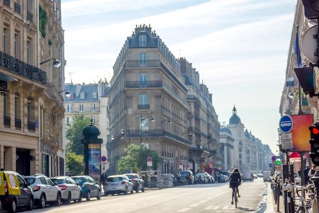França. dia ensolarado de verão em paris. uma das ruas principais. muitos carros estacionados