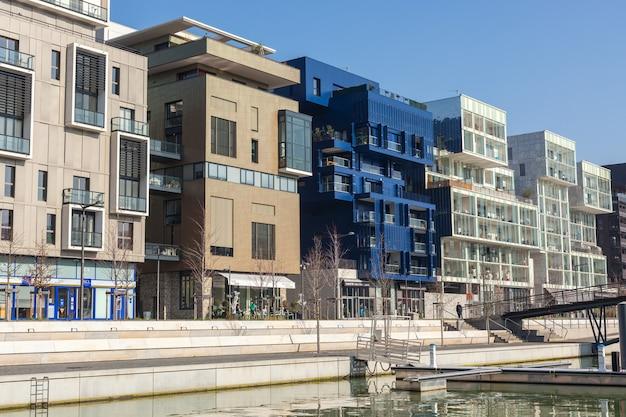 França, lyon - 19 de fevereiro: o distrito de confluence em lyon, frança em 19 de fevereiro de 2013. novo distrito com uma arquitetura moderna no lugar do antigo porto