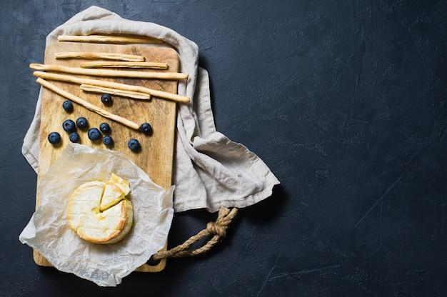 Francês brie assado com mirtilos e bolachas.