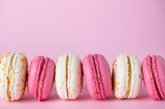 Francês delicioso macarons rosa e branco de sabores diferentes