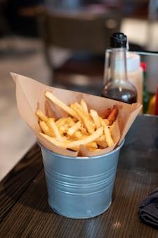 Francês frito na cesta