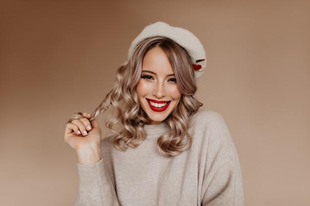 Francesa atraente brincando com seus longos cabelos