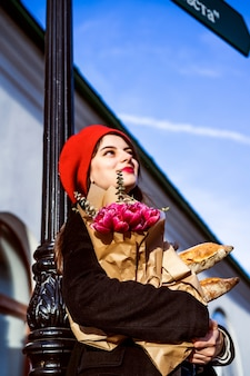 Francesa com baguetes na rua em boina