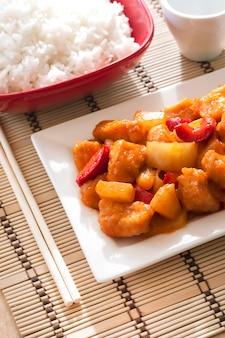 Frango agridoce com pimentão e abacaxi.