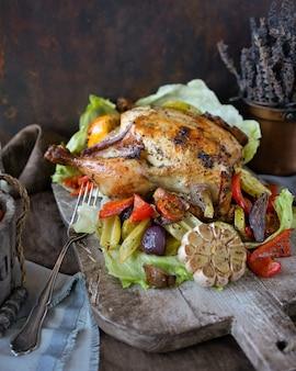 Frango assado caseiro com ervas aromáticas e salada de legumes