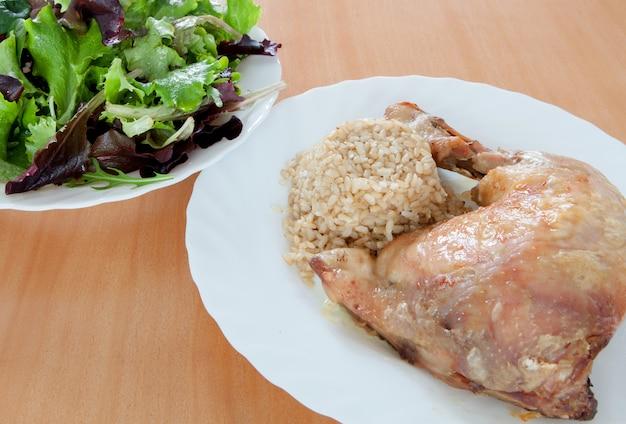 Frango assado com arroz e salada.
