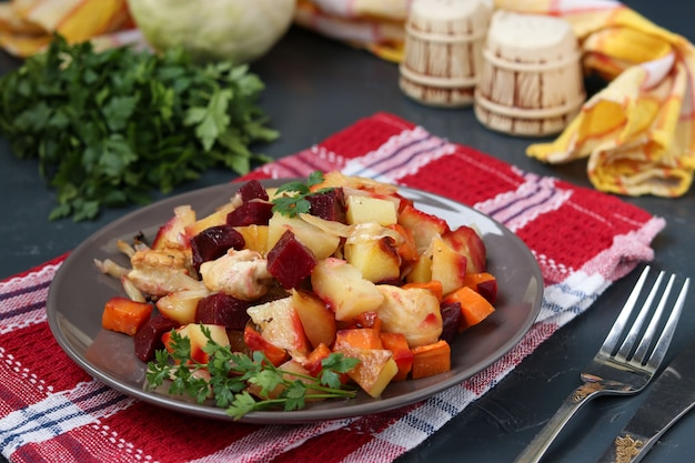 Frango assado com legumes: beterraba, cenoura, couve e batata