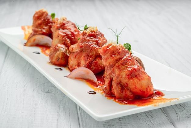 Frango assado em molho de tomate, com legumes