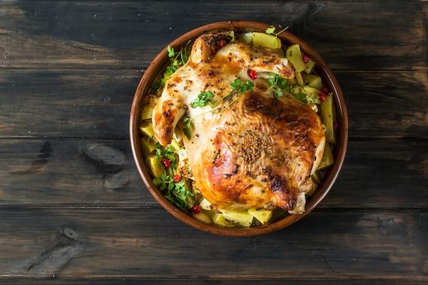 Frango assado inteiro com cogumelos e batatas. peru assado. prato de natal. thanksgivin