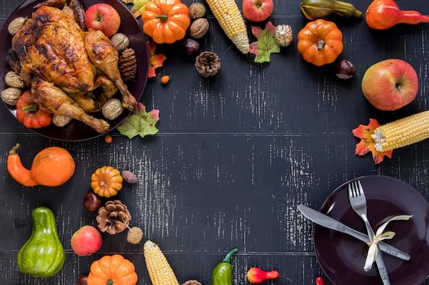 Frango assado perto de legumes, frutas e prato