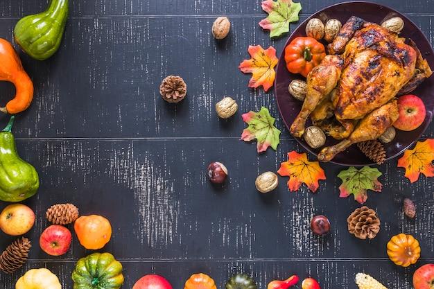 Frango assado perto de legumes