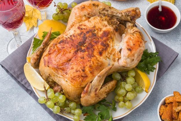 Frango assado, purê de batatas e taças de vinho para o jantar na mesa festiva.
