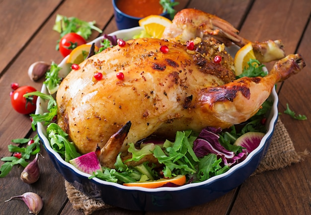 Frango assado recheado com arroz para o jantar de natal em uma mesa festiva