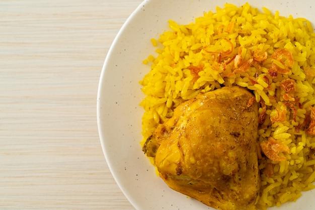 Frango biryani ou arroz com curry e frango. versão tailandesa-muçulmana do biryani indiano, com arroz amarelo perfumado e frango. comida muçulmana