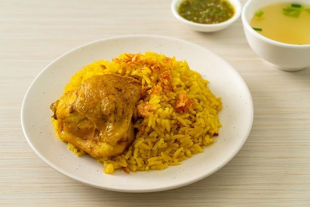 Frango biryani ou arroz com curry e frango - versão tailandesa-muçulmana do biryani indiano, com arroz amarelo perfumado e frango - estilo de comida muçulmana