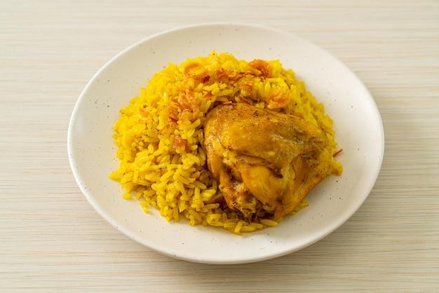 Frango biryani ou arroz com curry e frango