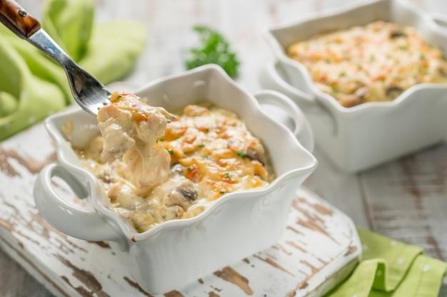 Frango caçarola gratinado assado com cogumelos com queijo