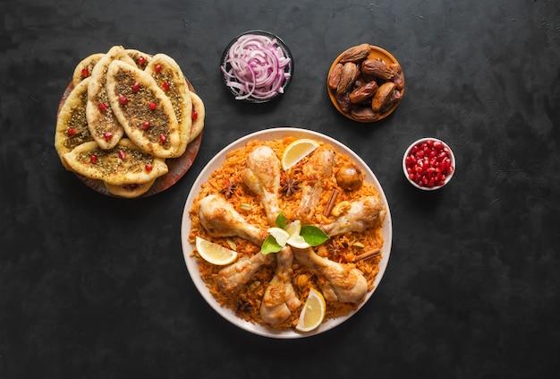 Frango caseiro biryani. comida árabe tradicional taças kabsa com carne. vista do topo.