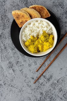 Frango caseiro com caril e arroz basmati