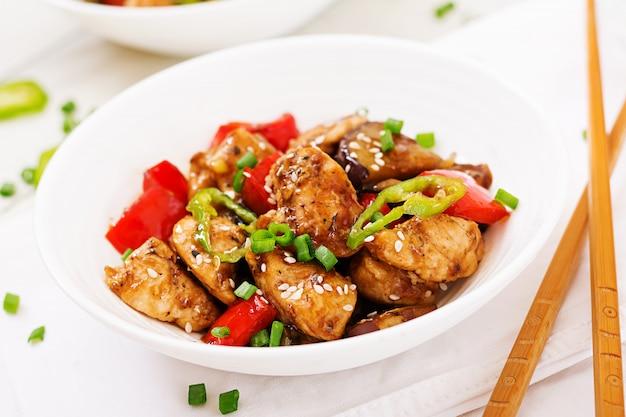 Frango caseiro de kung pao com pimentos e legumes. comida chinesa. fritar.