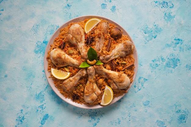 Frango catar majboos - prato nacional do bahrain e catar. cozinha árabe.