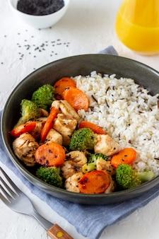 Frango com arroz, brócolis, cenoura e molho de soja. alimentação saudável. dieta. receita.