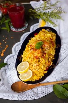 Frango com arroz cozido em estilo indiano
