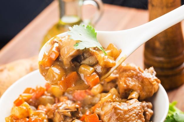 Frango com batata e cenoura em curry,