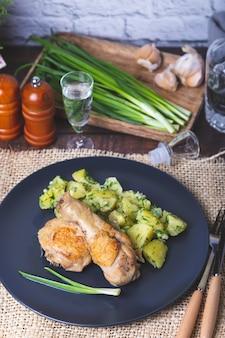 Frango com batatas, tomate salgado e cogumelos em conserva