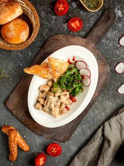 Frango com cogumelos em molho de natas com pão folhado