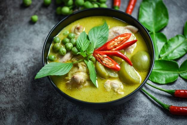 Frango com curry verde em uma tigela preta