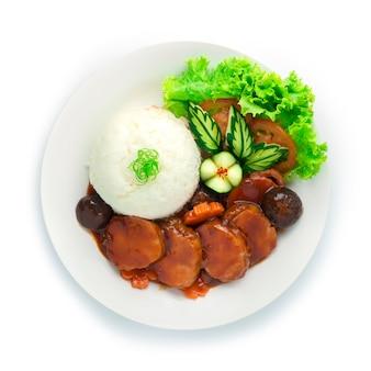 Frango com presunto e molho vermelho servido com arroz