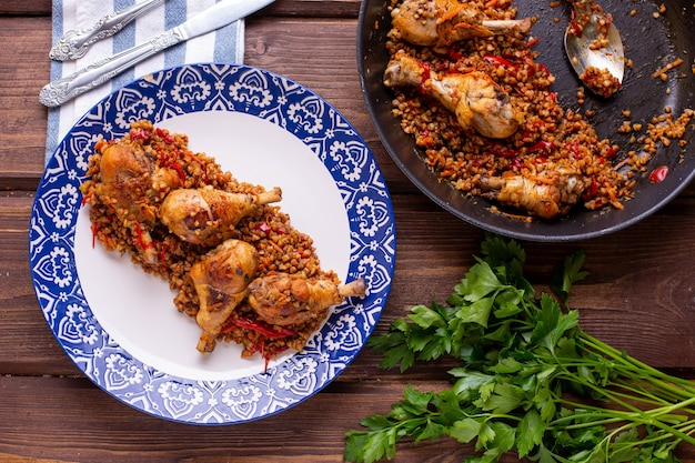 Frango com trigo sarraceno na mesa, cozinhando em casa vista de cima