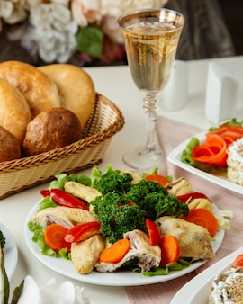 Frango cozido com legumes vista lateral