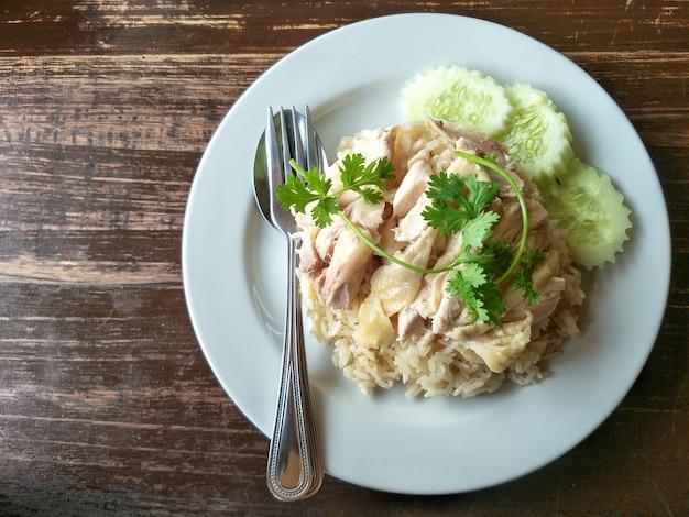 Frango cozido sobre arroz