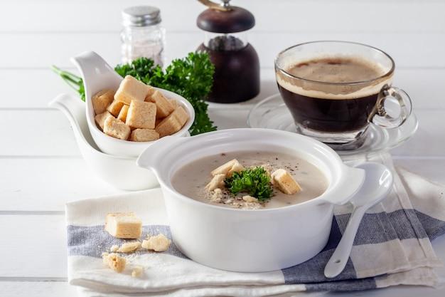 Frango cremoso e legumes em uma mesa de madeira branca