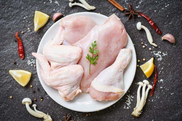 Frango cru fresco asas e pernas de peito de frango cru